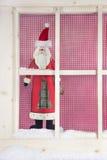 Innenfensterbrett Weihnachtsdekoration: hölzerner Weihnachtsmann Stockfoto
