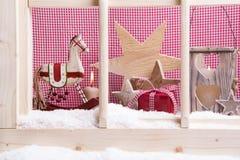 Innenfensterbrett Weihnachtsdekoration: Schaukelpferde, Sterne, L Stockfotografie