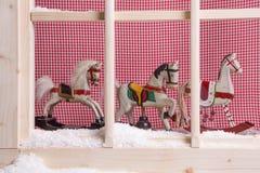 Innenfensterbrett Weihnachtsdekoration: Schaukelpferde und Schnee Lizenzfreie Stockfotos