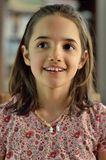 Porträt des wenig hispanischen Mädchen-Lächelns Stockfotografie