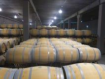 Innenfoto von hölzernen Fässern in der alten Weinkellerei Lizenzfreies Stockbild