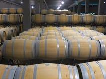 Innenfoto von hölzernen Fässern in der alten Weinkellerei Stockfotos