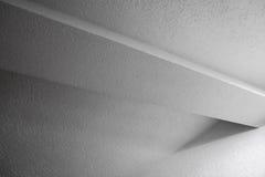 Innenfragment mit Strahl und Wänden Stockbild
