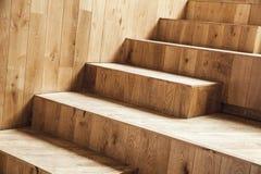 Innenfragment, ungefärbte hölzerne Treppe Stockbilder