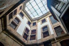 Innengalerie des alten Hauses mit Glasdachfenster, altem Gefängnis oder Schloss Stockfotografie