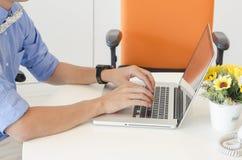 Innengebäude, Büro mit modernen weißen Möbeln Lizenzfreie Stockfotos