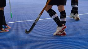 Innenhockey Hockeyschläger und Aktion des Hockeyspielers lizenzfreies stockbild