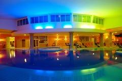 Innenhotel-Swimmingpool bis zum Nacht Stockbild