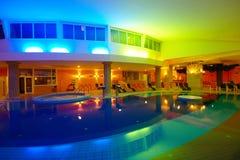Innenhotel-Swimmingpool bis zum Nacht Stockbilder