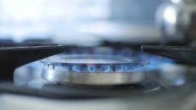 Innenküchen-Bild mit dem Gas-Kocher, der mit Big Blue-Flamme brennt lizenzfreies stockbild