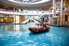 Innenkanal mit antikem Sampanboot am Einkaufszentrum 'der Shoppes in Marina Bay Sands Complex, Singapur stockfotos