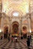 Innenkathedrale von Sevilla - ist die drittgrößte Kirche in der Welt Beerdigungs-Ort von Christopher Columbus lizenzfreie stockfotos