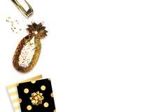 Innenministerium, Arbeitsplatz Flache Lage Zubehör auf dem Tisch, Frauendesktop Ansichtspitzentabelle, Hintergrundspott oben Gold Lizenzfreie Stockfotos
