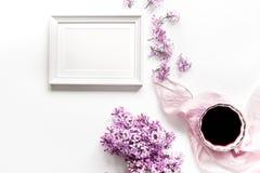 Innenministerium der Frau mit lilic Blumenrahmen und des Schreibtischhintergrundes des Tasse Kaffees weißem Draufsichtspott oben Lizenzfreie Stockbilder