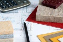 Innenprojekt mit materiellen Proben, Bleistift und Taschenrechner 3 Stockbilder