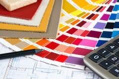 Innenprojekt mit Palette, ledernen Proben, Bleistift und calcu Lizenzfreie Stockbilder