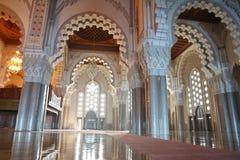 Innenraum (betende Halle) der Moschee von Hassan I lizenzfreies stockfoto