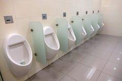 Innenraum der öffentlichen Toilette Stockbild