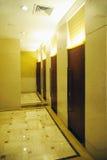 Innenraum der allgemeinen Toilette des Hotels Lizenzfreie Stockfotos