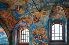 Innenraum der alten russischen Kirche lizenzfreie stockfotos