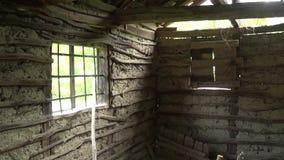 Innenraum der alten und verlassenen Hütte stock footage