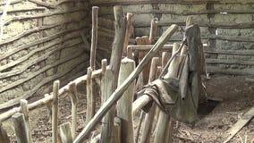 Innenraum der alten und verlassenen Hütte Zufuhr für Schafe stock video footage