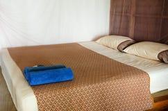Innenraum der Eleganzschlafzimmer-Butikenart mit Doppelbett stockbilder