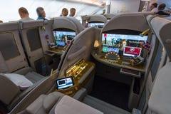 Innenraum der erster Klasse der größten Flugzeuge Airbus A380 der Welt Stockbild