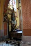 Innenraum der gotischen katholischen Kirche stockbild