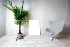 Innenraum in der grauen Farbe mit einem Lehnsessel und einer Palme in einem Topf Lizenzfreie Stockfotografie