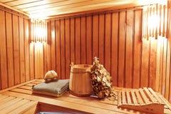 Innenraum der hölzernen russischen Sauna Stockfoto