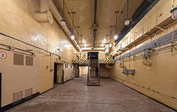 Innenraum der Haupthalle im sowjetischen Kernwaffebunker Stockfotos