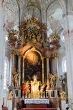 Innenraum der hohen Kathedrale mit durchdachtem Altar Stockfotos