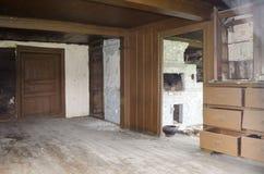 Innenraum der Küche im alten Dorfhaus mit traditionellem Ziegelsteinofen im Norden von Russland lizenzfreies stockfoto