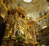 Innenraum der katholischen Kirche Stockfoto