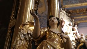 Innenraum der katholischen Kirche stock video footage