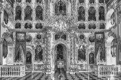 Innenraum der Kirche des großartigen Palastes in Peterhof, Russland Stockfotos