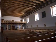 Innenraum der Kirche des luftgetrockneten Ziegelsteines in der Stadt von Santa Fe In New Mexiko Stockbild
