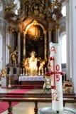 Innenraum der Kirche mit aufwändigem goldenem Altar Lizenzfreie Stockfotos