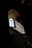 Innenraum der Kirche, mit gewölbtem Fenster Stockfoto