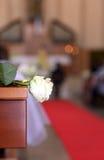 Innenraum der Kirche wird mit weißen Blumen während des Th verziert Stockfoto