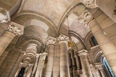 Innenraum der Krypta des berühmten touristischen Marksteins Almudena Cathedral Stockfotos