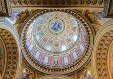 Innenraum der Kuppel in des St Stephen der Römisch-katholischen Kirche der Basilika in Budapest Stockfotos