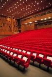 Innenraum der leeren Halle mit roten Lehnsesseln Lizenzfreie Stockbilder