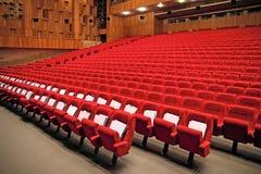 Innenraum der leeren Halle mit roten Lehnsesseln Lizenzfreie Stockfotos