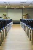 Innenraum der leeren Konferenz Hall With Lines der blauen Stühle in F stockfoto