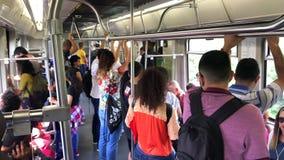 Innenraum der Metros mit Leutestellung stock footage