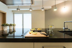 Innenraum der modernen Küche Stockfotos