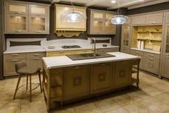 Innenraum der modernen Küche mit beige Kabinetten stockbild