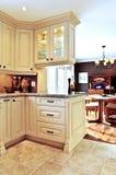 Innenraum der modernen Küche und des Esszimmers Stockbilder